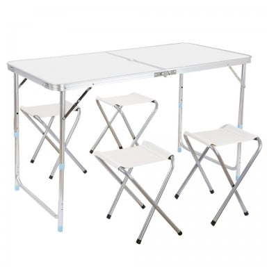 Mesa de camping plegable con sillas.